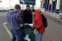 SVOBODNÍ ROZDÁVALI čokoládu a sbírali podpisy pod petici.