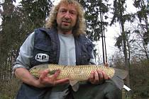 Martin Bulíř, předseda Místní organizace Českého rybářského svazu na fotografii s amurem bílým