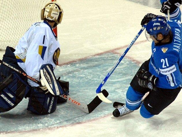FINSKO DO ČTVRTFINÁLE. Aaltonen střílí první gól Finska do sítě brankáře Smolnikova a ve 3. minutě utkání otvírá skóre duelu, který definitivně poslal Kazachstán do skupiny o udržení.