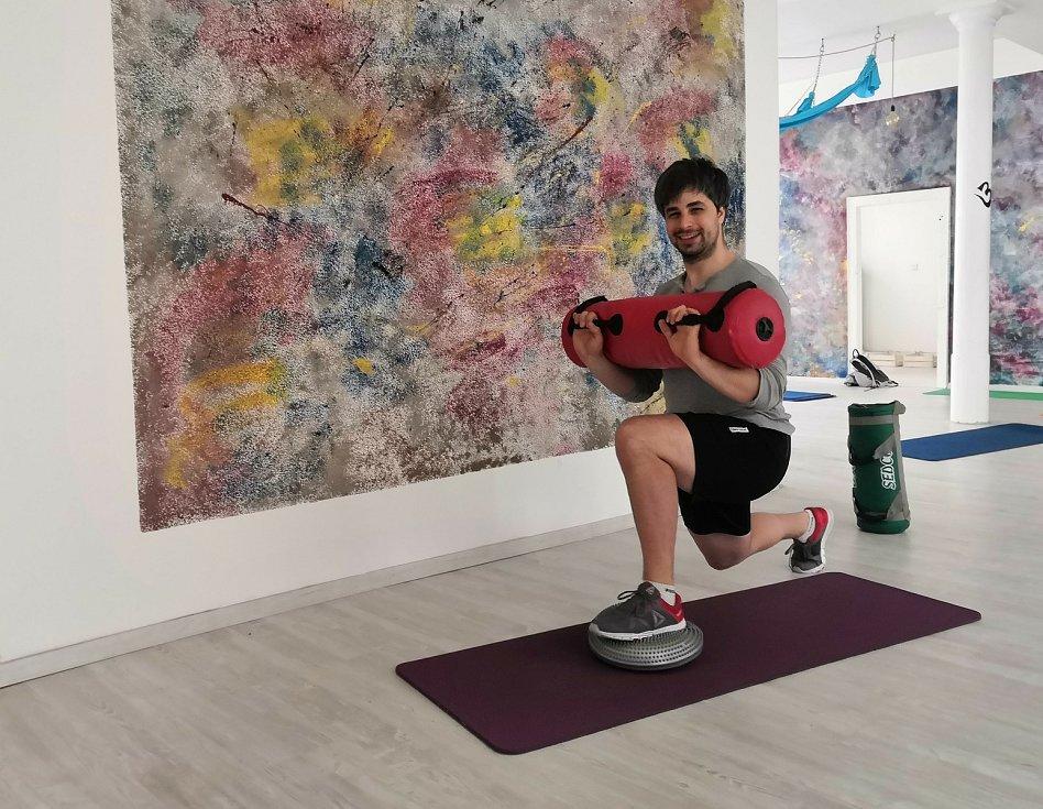 V pondělí bylo živo i v libereckém studiu Yogaholick. Na snímku trenér a spolumajitel studia Adam Knop.