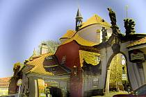 Fotografie Evy Pilarové jako by ztrácely pevný ráz. Její východy slunce postrádají svůj typický tvar a zaoblená romantická zákoutí mnohdy připomínají spíše stavby podle Gaudího.