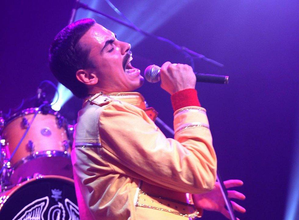 QUEENIE je pražská revivalová kapela napodobující hudbu britské kapely Queen.