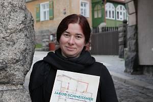 Na fotce autorka Petra Šternová s knihou na náměstí Pod Branou.