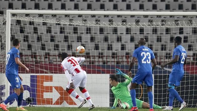 Fotbalista CZ Bělehrad El Fardou Ben (uprostřed) dává gól Liberci v utkání Evropské ligy.