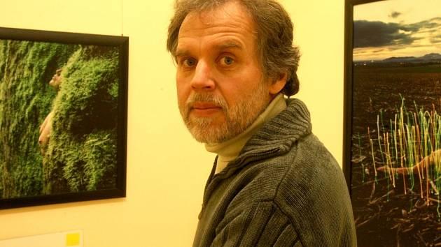 Uznávaný autor Jan Pohribný, obklopen svými fotografiemi, před vernisáží výstavy v liberecké Galerii U Rytíře.