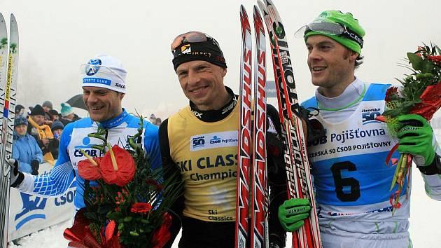 V neděli hostil Bedřichov hlavní závod Jizerské padesátky na 50 kilometrů. Závodníkům a divákům příliš nepřálo počasí a husté snežení komplikovalo závod.  Zleva Jimmie Johnsson (SWE), vítěz Stanislav Řezáč (CZE) a Jorgen Aukland (NOR).