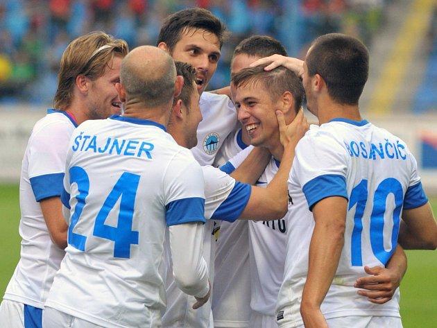 Zápas Slovanu Liberec a Šachťoru Karaganda. Tým se raduje ze vstřelené branky Vojtěcha Hadaščoka.