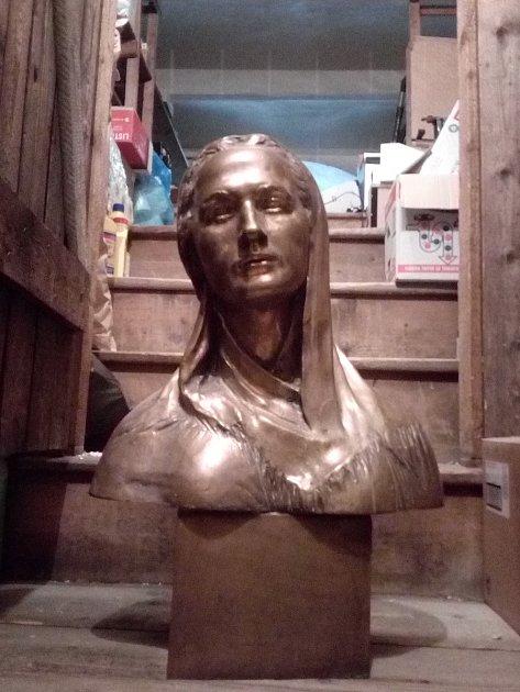 Stopu po pobytu Boženy Němcové vpodobě busty slavné spisovatelky uchovává také liberecká radnice ve svém depozitu