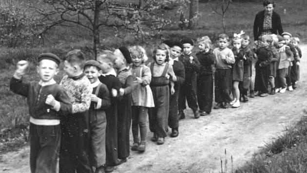 DĚTI z mateřské školky v Oldřichově na procházce v padesátých letech. Knížka je plná vzpomínek pamětníků a dobových snímků.
