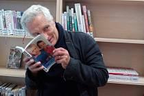 Tomáš Hanák a ředitel knihovny v Turnově Jaroslav Kříž.