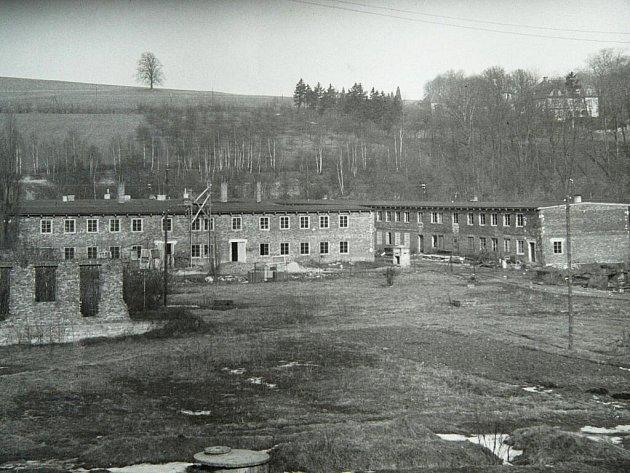 BARÁKOVÉ MĚSTO SPREE–WERK u Chrastavy na dobovém snímku a tytéž domy dnes.