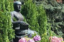 POMNÍK KAROLINY SVĚTLÉ. Na stezce se dočtete o okolnostech, za jakých byl pomník vztyčen a jaký byl jeho osud během druhé světové války.