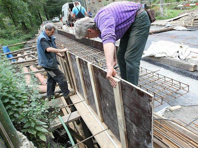 MOST MÁ JEN DVĚ MOŽNOSTI: ANO A NE. Pro rychlou opravu krajských mostů hovoří i fakt, že zatímco po děravé silnici se ještě dá jezdit, most buď použitelný je, nebo není. Pokud hrozí zhroucení mostu, je nutné ho uzavřít.
