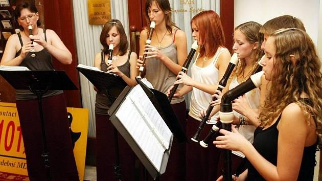 Koncert flétnistek i pěveckých sborů, který se konal v hotelu Zlatý Lev, by měl pomoci sdružení Tulipan, které podporuje zdravotně postižené.