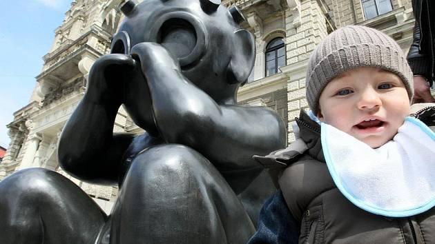 Malý Marťan sochaře J.Róna zaujal už druhou pozici v centru Liberce. Na místě kde tradici soch na náměstí E.Beneše zahájila slavná židle, přistál tentokrát Malý Marťan aby zase oživil tuto exponovanou pěší zónu.