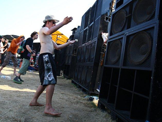 V Černousech tančí příznivci tekkna