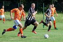 V oranžovém se pokouší o útok ruprechtický Vladimír Antoš, sledovaný rynoltickým Tomášem Vackem.