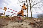 """Instalací herních prvků pokračuje na Uhelné realizace projektu """"Uhelná – Revitalizace aleje a prostranství pro turisty""""."""