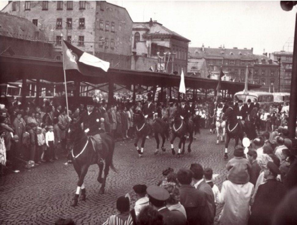 Historický snímek zachycující oslavy 1. máje na Liberecku.