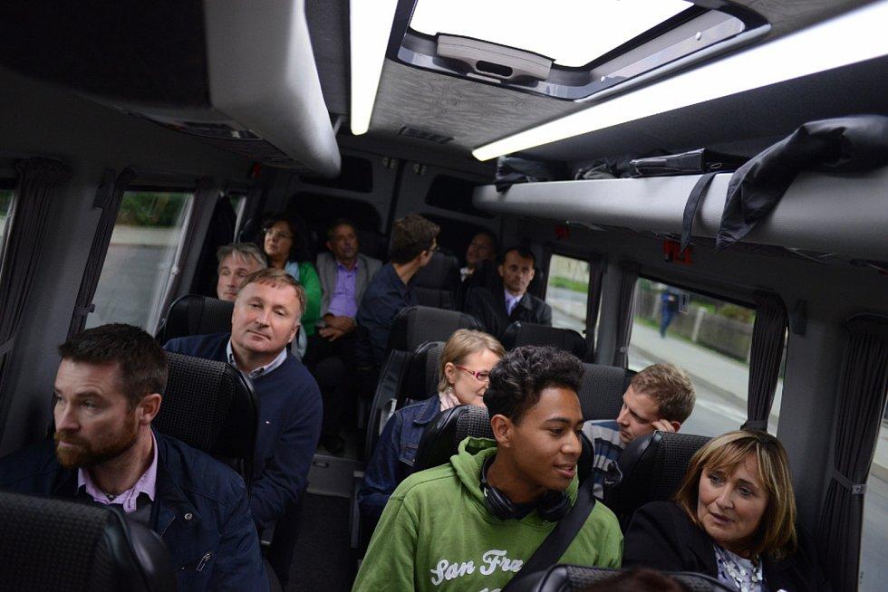 Ve čtvrtek 21.9.2017 jsme posadili politiky do mikrobusu a odvezli za voliči.