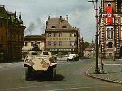 Frýdlantské náměstí, které ve Dnech zrady představovalo samo sebe. Na radnici pro tento okamžik zavlál hákový kříž.