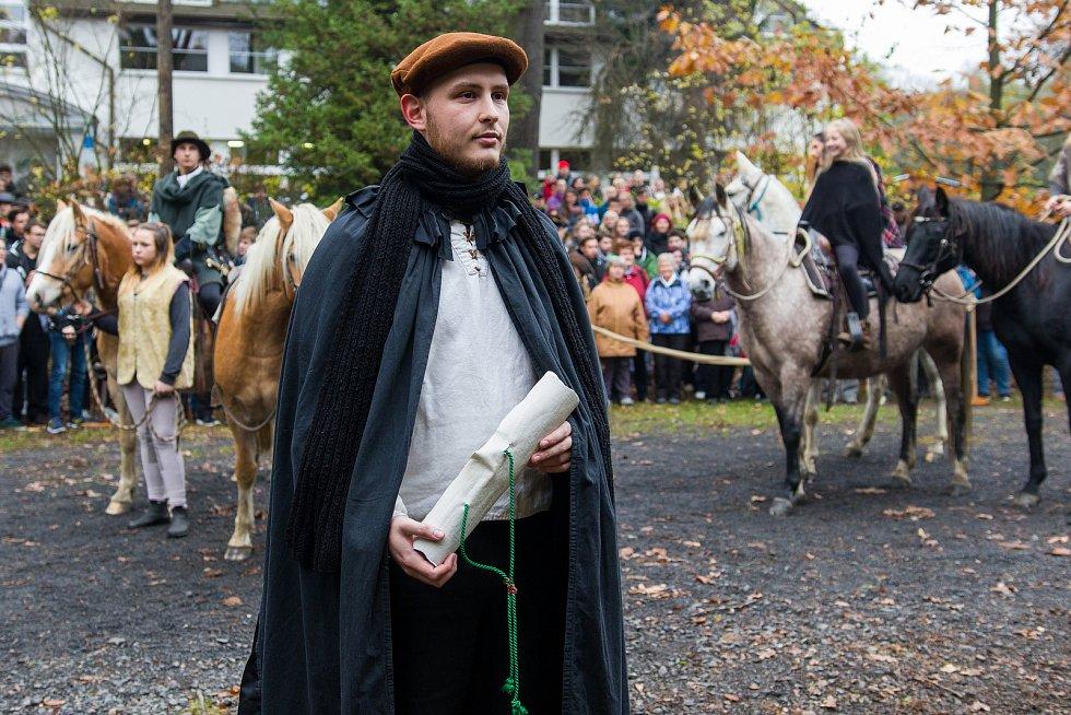 Hubertská jízda zahájila 3. listopadu Svatohubertské slavnosti v Hejnicích. Průvod městem vedl od Lesnické školy k bazilice Navštívení Panny Marie.