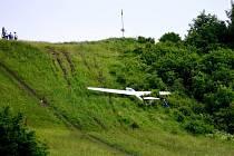 Osmašedesátiletá pilotka přistála s kluzákem příliš razantně. Manévr skončil nehodou.