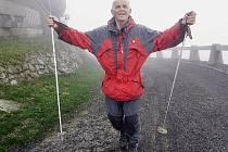 Vladimír Ježek zdolával v letech 2005 až 2006 vrchol Ještědu, aby vytvořil rekord v počtu výstupů lidí po nemoci, které zásadně omezují aktivitu. Ježek byl po operaci baypassu. Na fotografii právě dokončuje 712. výstup 28. dubna 2006.