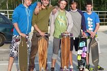 LONGBOARD sice nápadně připomíná skateboard, ale podle jeho uživatelů je stabilnější a snáz se ovládá.
