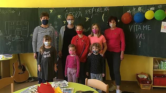"""O zpestření výuky dětí rodičů, kteří slouží v tzv. """"první linii"""", se postarala tento týden policistka z oddělení tisku a prevence na ZŠ v Semilech."""