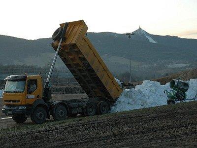 Lyžařský areál Vesec - Pro nedostatek sněhu přistoupil organizační výbor k MS Liberec 2009 navážení sněhu z Jizerských hor.
