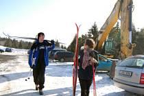 V osadě Jizerka se těží sníh pro lyžařský areál ve Vesci pouze za tmy a většinou v noci, ale i přes den činí stojící nákladní automobily a bagry překážky pro turisty a běžkaře.Na snímku  Roman Kotek a Jitka Mudrová
