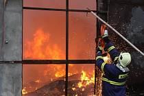 Požár nelegální skládky odpadů v Boleslavi u Černous na Frýdlantsku.
