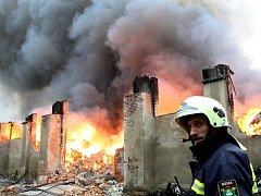 Požár nelegální skládky odpadů v Boleslavi u Černous na Frýdlantsku 8. února 2009.