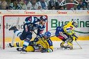 Utkání 42. kola Tipsport extraligy ledního hokeje se odehrálo 21. ledna v liberecké Home Credit areně. Utkaly se celky Bílí Tygři Liberec a Aukro Berani Zlín. Na snímku v modrém Petr Jelínek a vpravo brankář Libor Kašík.
