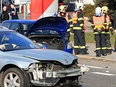 Vážná dopravní nehoda zaměstana záchranáře a hasiče v úterý 6. března krátce před půl desátou dopoledne. Na místě celkem tři osoby zraněny, dvě z toho těžce.