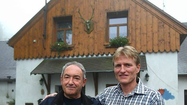 ČESKÁ CHALUPA. Bývalý hokejista Libor Pěnkava a výherce soutěže Hospůdka roku pediatr a zdejší patriot a lékař Michael Šíp (vlevo).