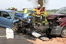 Vážná nehoda uzavřela v neděli ráno silnici mezi Pertolticemi a Habarticemi na Liberecku. Čelně se tu srazila Škoda Rapid s Mercedesem Vito.