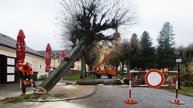 Před kostelem v Hejnicích začalo velké kácení stromů