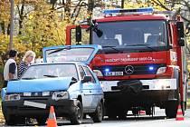 Dvě auta se srazila v Liberci za pravotočivou zatáčkou nedaleko Litesu ve směru na Krásnou Studánku. Při nehodě se lehce zranila žena.