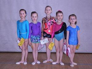 Liberecké gymnastky. Zleva: Benešová, Popeláková, Horníková, Musilová a Tomešová.