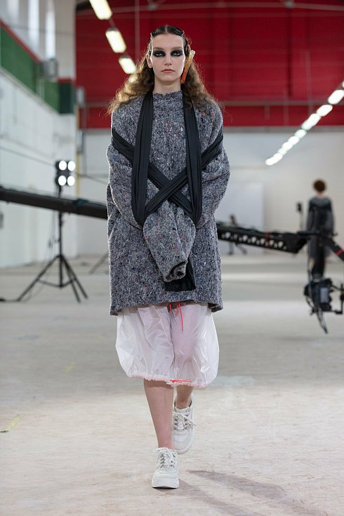 Anna Havlíková na přehlídce ukázala modely z kolekce Ochranné schránky. Kladla si otázku, jestli nás oděv chrání nebo svazuje? Autorka šperků je Paula Migašová, která je zpracovala na téma Deformity.