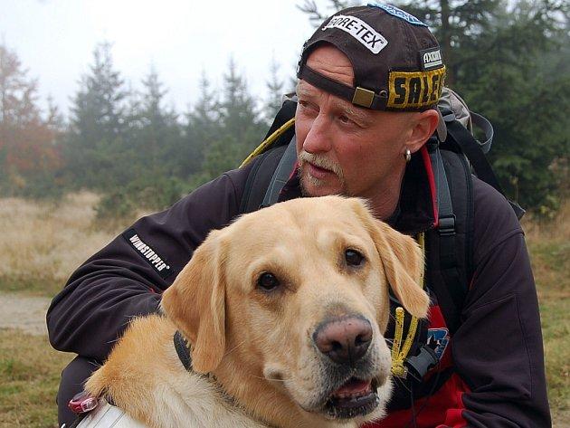 Aleš Rydval z Horské služby Jizerské hory se psem Merlinem na startu.