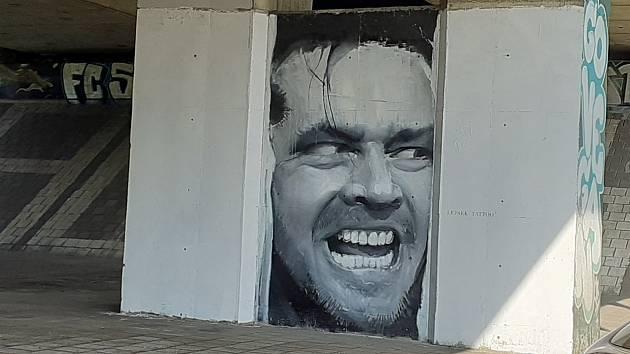 Ikonický portrét herce Jacka Nicholsona z filmu Osvícení se objevil na betonovém sloupu pod silničním mostem v Jungmannově ulici v Liberci.