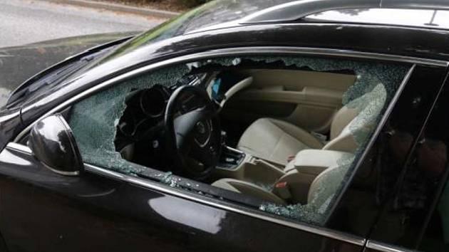 Muž vždy rozbil okénko u auta a potom prohledal vnitřek vozu.
