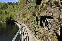 Mezi další technické památky Libereckého kraje patří lávka známá jako visutá galerie na Riegerově stezce.