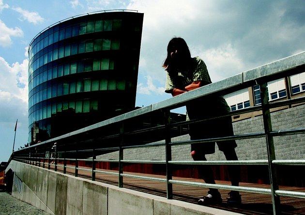 REKTORÁT. Josef Žezulka obdivuje novou budovu Technické univerzity v Liberci.