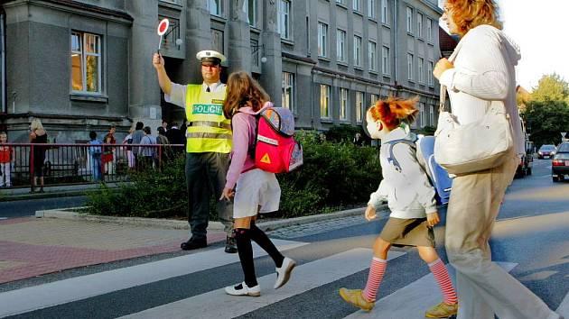 Policisté působí téměř na všech přechodech pro chodce u škol.