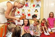 Základní škola Na Perštýně v Liberci, která se nyní transformuje na soukromou školu Doctrina, uvítala své první prvňáčky. V budově za kostelem se 29 dětí rozloučilo se svými rodiči, aby učitelka Daniela Hajflerová mohla odučit první hodinu.