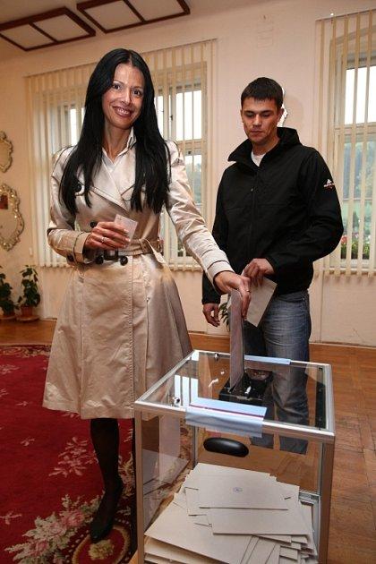 Obálku shlasem odevzdala už ikandidátka na hejtmanku za ČSSD Lenka Kadlecová.